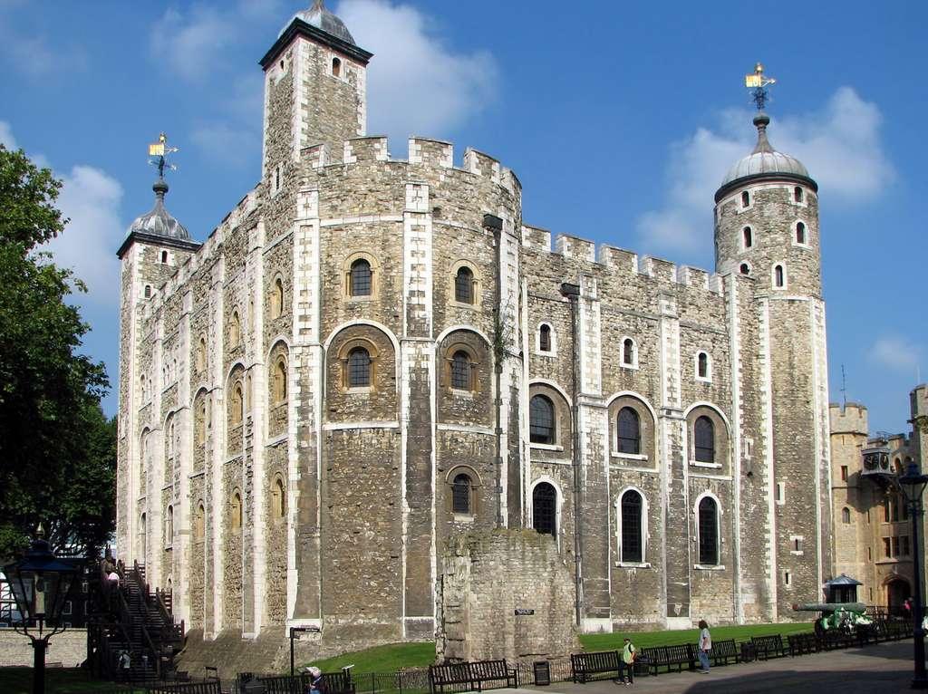 """Tour Blanche (""""White Tower"""") de Guillaume le Conquérant, dans l'enceinte de la Tour de Londres. Photo Bernard Gagnon, 2007. © Wikimedia Commons, domaine public."""