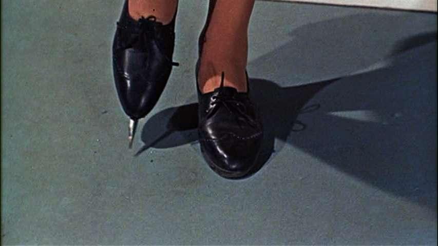 Les chaussures empoisonnées des agents du Spectre dans Bons baisers de Russie (1963). © AndyTGD, James Bond Wiki