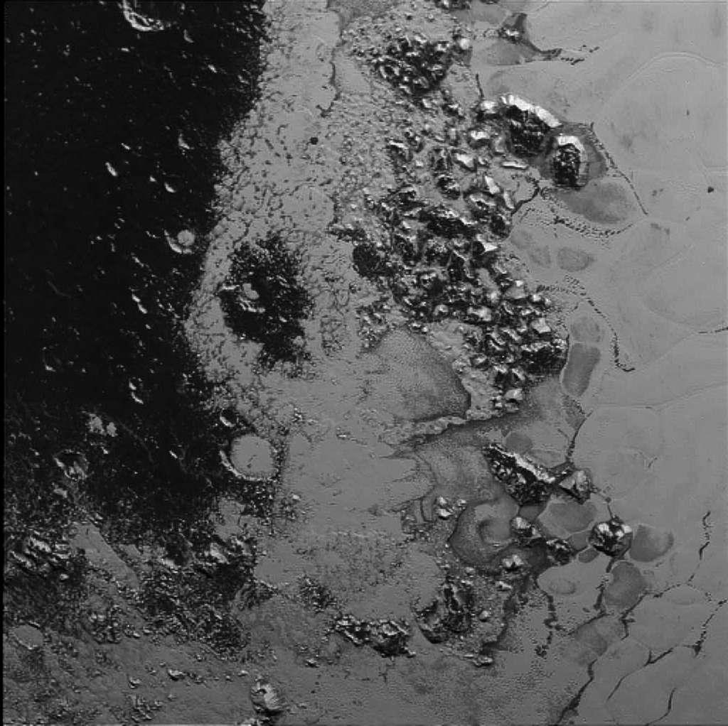 De curieuses montagnes au bord d'une plaine de glace