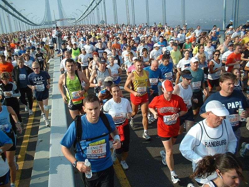 Avoir une activité physique régulière ne s'apparente pas à un marathon. Il est conseillé de pratiquer quotidiennement un effort modéré d'une demi-heure. Il suffit de profiter des occasions qui se présentent (acheter le pain, promener le chien, etc.) © Martineric, Wikipédia, cc by sa 2.0