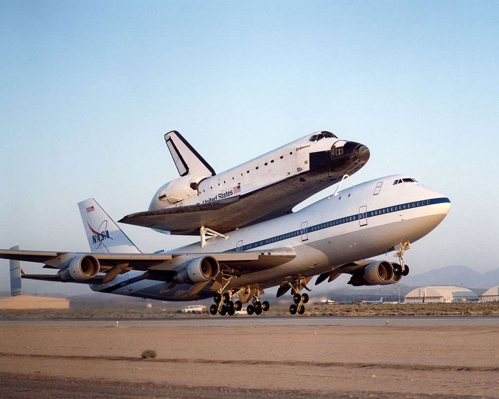 La navette spatiale Endeavour en charge sur un des deux Boeing 747, Shuttle Carrier Aircraft. © Carla Thomas, Nasa/DFRC - Domaine public
