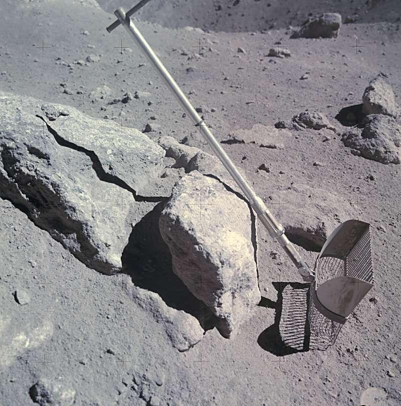 Le râteau posé sur une pierre (Apollo 16-EVA3-Station 11)