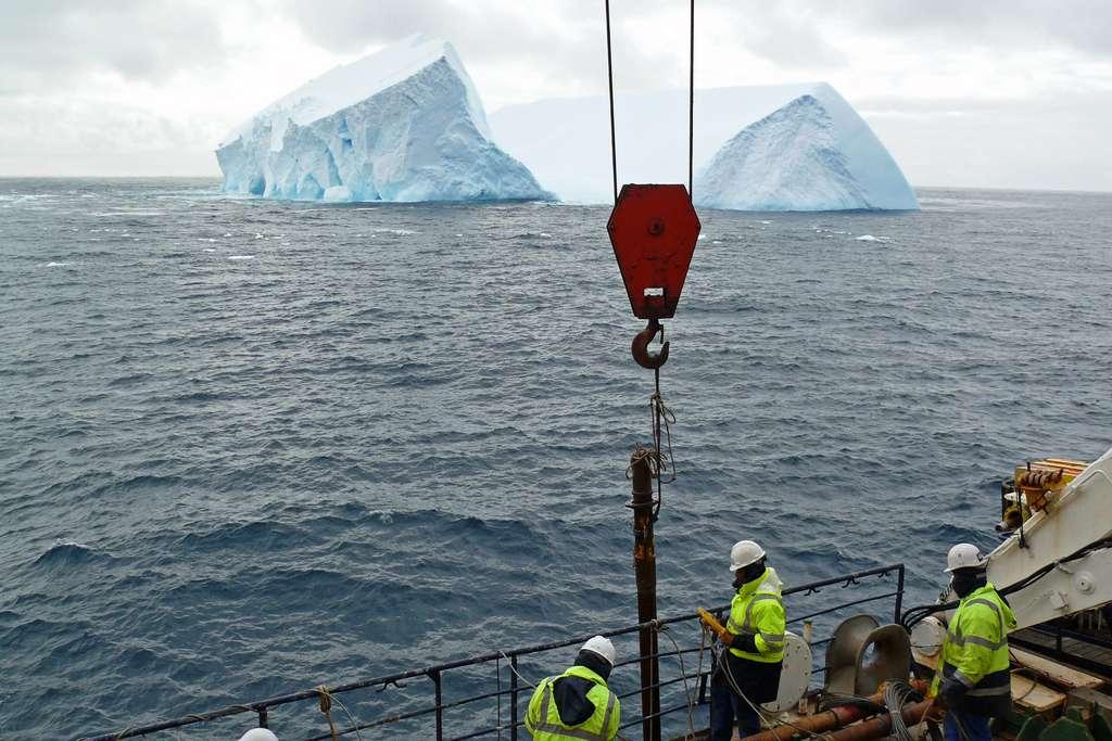 Ne comprenant pas comment la calotte glaciaire antarctique avait pu fondre à ce point au cours de la dernière période glaciaire, les chercheurs ont étudié des enregistrements géologiques. Ici, en 2007, à bord du navire de recherche Marion Dufresne dans la mer de Scotia. © Michael Weber, Université de Bonn