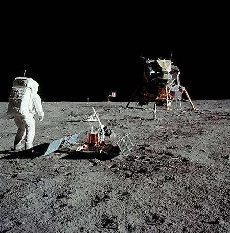 Apollo 11 sur la Lune. En avant-plan, Aldrin et le sismographe Alsep. Crédit Nasa