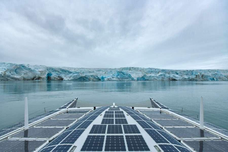 Le bateau Energy Observer, couvert de panneaux solaires et équipé d'ailes à propulsion éolienne (les Oceanwings), fonctionne à l'électricité et à l'hydrogène, qu'il produit lui-même à partir de l'eau de mer. © Energy Observer