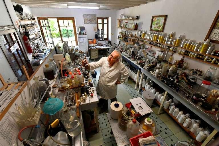Le généticien et « sculpteur d'arômes » Michaël Moisseeff en pleine expérience dans son laboratoire à Montégut-Lauragais (près de Toulouse), le 29 juillet 2020. © Georges Gobet, AFP