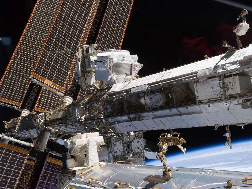 AMS-02 est bien visible en haut à gauche devant un panneau solaire de l'ISS. @ Nasa