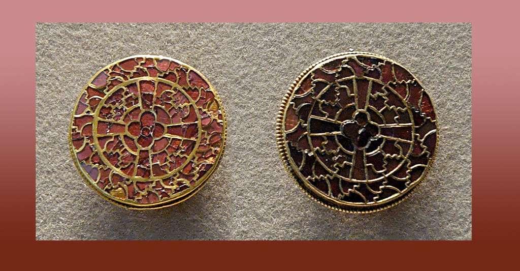 Paire de fibules provenant de la parure de la reine Arégonde (v. 515-573). Or et grenats, Gaule mérovingienne, vers 570. © Jastrow, Wikimedia commons, DP