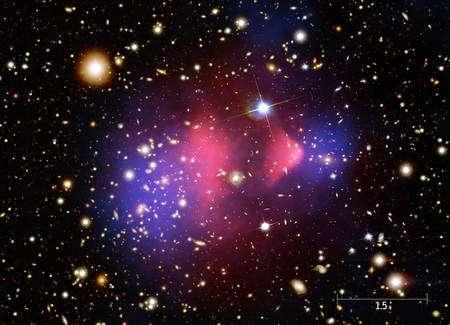 L'amas de galaxies 1E 0657-56. En bleu, les effets de lentille gravitationnelle liés à la matière noire selon les chercheurs de la NASA et en rose celle des nuages de gaz émettant des rayons X. Crédit : Nasa