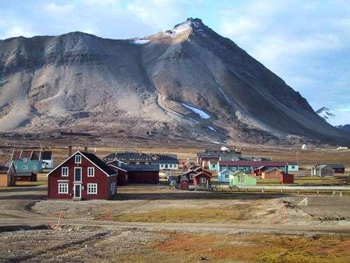 Type de constructions en bois que l'on peut trouver dans l'archipel. Ici à Ny Alesund © Eric Brossier - Vagabond
