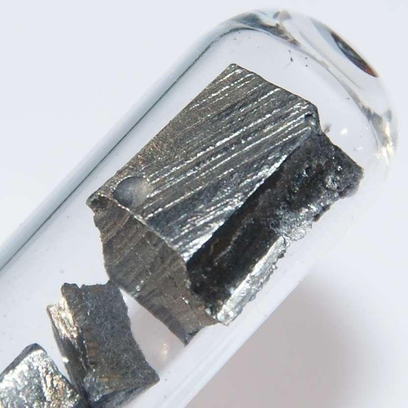 Cinq grammes de néodyme sous argon. Cet échantillon de terre rare mesure environ 1 cm de long. © CC BY 3.0