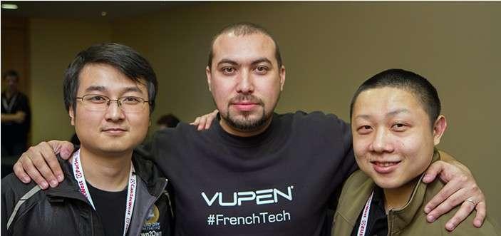 Au centre, Chaouki Bekrar, le fondateur de l'entreprise Vupen pose en compagnie de deux membres de l'équipe chinoise Keen, qui s'est attaquée avec succès au navigateur Internet Safari d'Apple. Pour sa part, Vupen a battu le record de gains lors du concours Pw2Own 2014 en récoltant 400.000 dollars. © Pwn2Own, HP