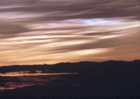 Coucher de soleil au nord de la Suède durant l'hiver 1992. La teinte plus rouge qu'à l'ordinaire provient des particules de sulfates émises l'été précédent par l'éruption du Pinatubo. © Fred Podlak
