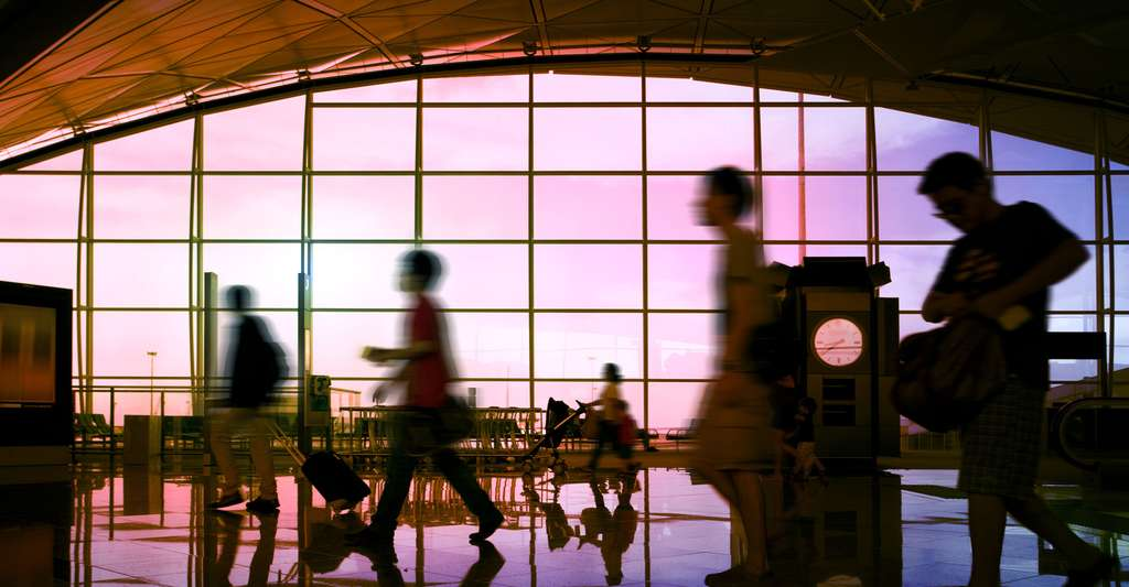 La question de la vaccination se pose avant un voyage à l'étranger. Ici, des passagers transitant dans l'aéroport de Hong Kong. © Wang Song, Shutterstock