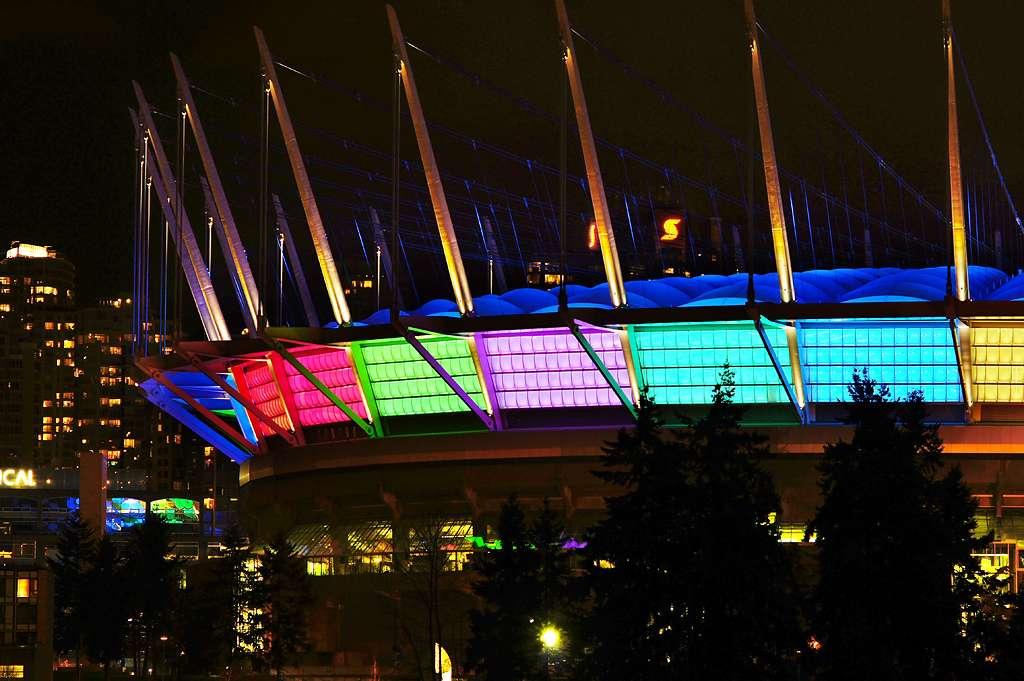 Led rouges, bleues, jaunes, vertes... De plus en plus de bâtiments arborent des Led à des fins décoratives, comme le BC Place Stadium, un stade à Vancouver, au Canada. © Totororo.roro, cc by nc 2.0