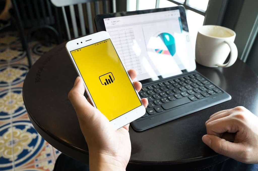 Grâce à ses multiples composants, Power BI est accessible sur smartphone et permet d'accéder partout à ses tableaux de bords. © mhong84, Shutterstock