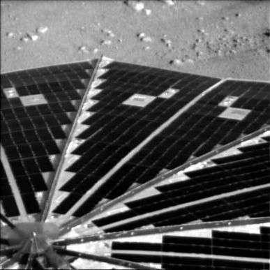 Un des panneaux solaires de Phoenix correctement déployé. Crédit : Nasa/JPL/UA/Lockheed