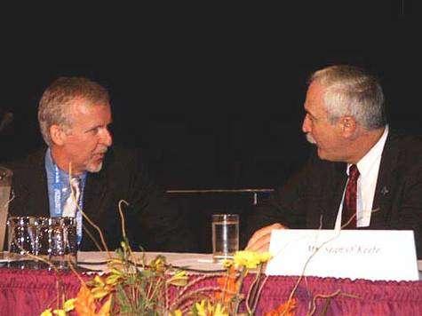 James Cameron (à gauche) et Sean O'Keefe (à droite) lors de la session plénière de l'IAC à Vancouver. © Espace Magazine