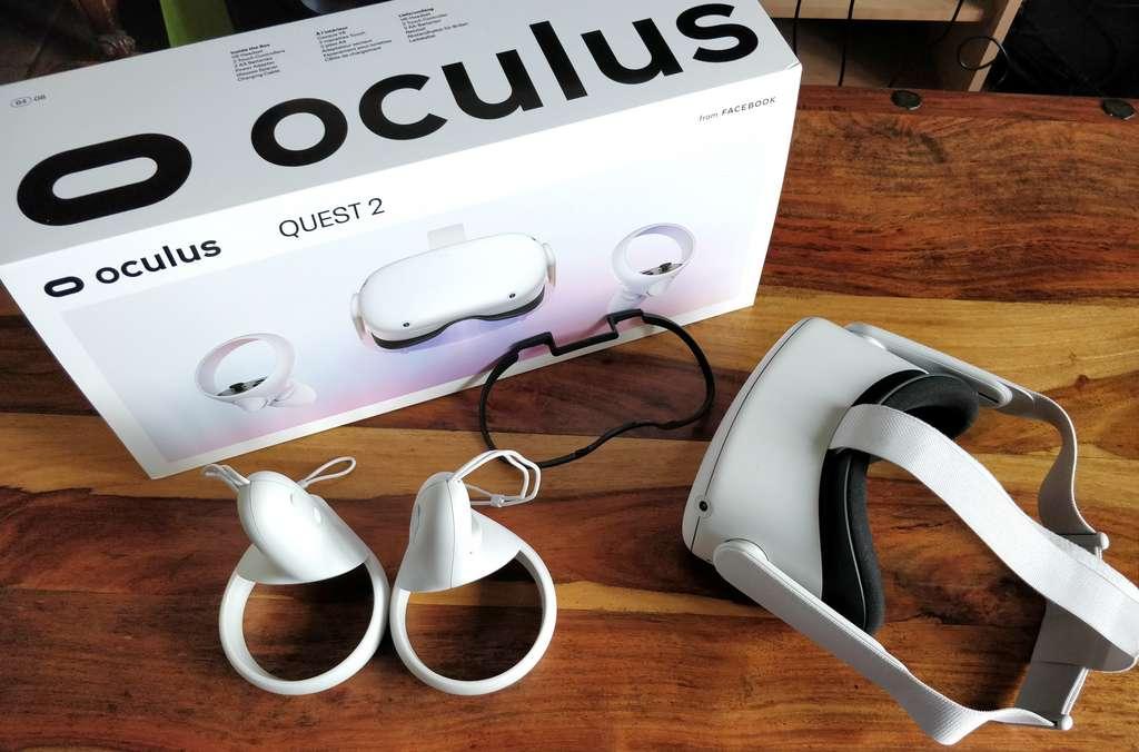 L'Oculus Quest 2 ne nécessite aucun équipement de suivi externe. Il est livré avec les manettes, un écartement pour les lunettes et son chargeur. © Futura