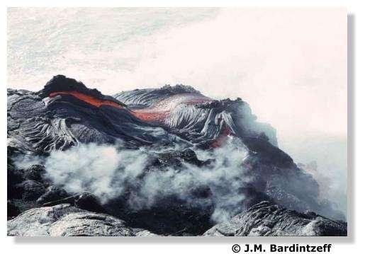 Coulée de lave fluide (pahoehoe) en bord de mer au Kilauea à Hawaii