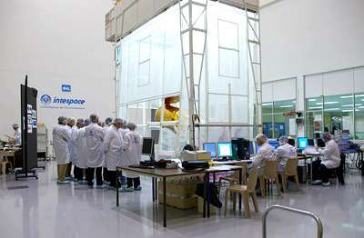 L'instrument Corotel à la fin des ses essais chez Intespace, à Toulouse, en novembre 2005. Le télescope est installé sous une tente à aspiration afin de garantir un niveau de propreté supérieur à celui déjà fourni par la salle blanche. (Crédits : S. Barensky)