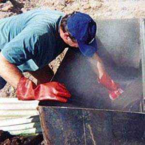 Prélèvement pour analyse géochimique permettant de caractériser les fluides géothermaux. © BRGM