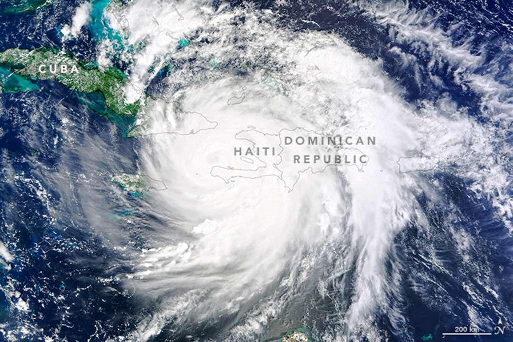 Matthew est toujours dans la catégorie 4 lorsqu'il charge le sud-ouest d'Haïti, le 4 octobre. Les mesures du satellite Aqua ont révélé que la température des nuages au sommet de l'ouragan est d'environ - 57 °C. Comme le craignaient les prévisionnistes, ces basses températures ont provoqué des pluies diluviennes (500 mm). Des vents puissants soufflant à 230 km/h ont accompagné le déluge qui a frappé durement l'île. Matthew restera à jamais dans la mémoire de ses habitants synonyme de désolation. Il a été l'ouragan le plus puissant depuis plus de 50 ans. © NASA Earth Observatory, Joshua Stevens