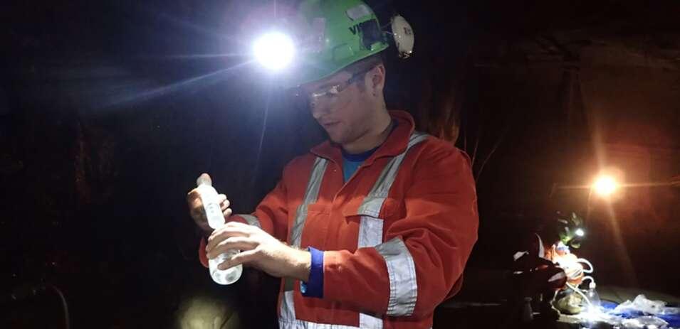 La mine Kidd est une mine souterraine de métaux au Canada. Des microbes « réducteurs de sulfate » y ont été trouvés vivant à plus d'un kilomètre sous terre, dans des eaux qui n'ont pas vu le jour depuis plus d'un milliard d'années. Des chercheurs — ici, Jesse Tarnas, du Jet Propulsion Laboratory (États-Unis) — les ont étudiés pour mieux comprendre ces systèmes souterrains, dans le but de rechercher des habitats similaires sur Mars et ailleurs dans le système solaire. © Université de Toronto
