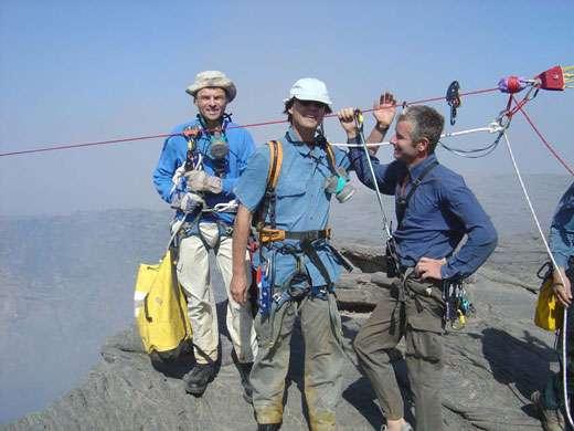 De gauche à droite : Jacques-Marie Bardintzeff, Nicolas Hulot et Stéphane Girard, alpiniste. © J.-M. Bardintzeff avec l'aimable autorisation d'Ushuaïa Nature, reproduction et utilisation interdites