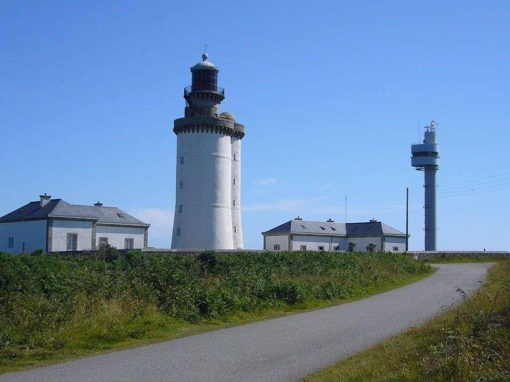 Le phare du Stiff à Ouessant se mêle aux bâtiments. © Guy Bernard, Wikipédia