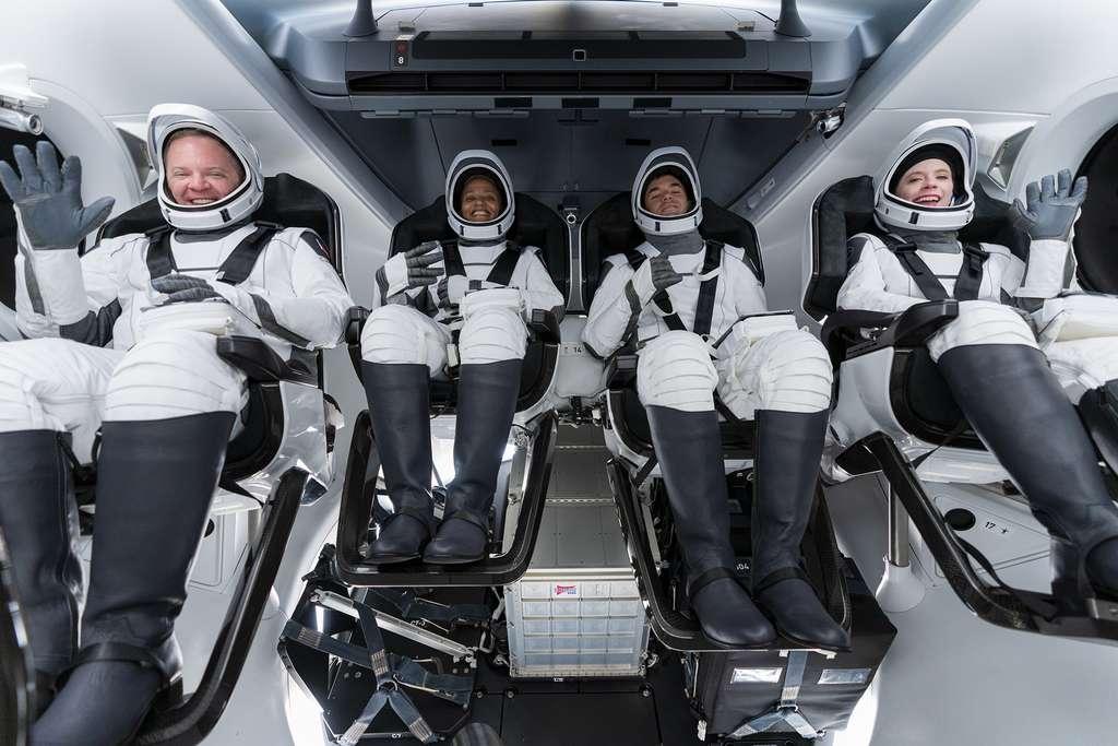 L'équipage d'Inspiration4 à bord du Crew Dragon, quelques heures avant son décollage. De gauche à droite, le spécialiste de mission Christopher Sembroski, Siam Proctor la pilote, le commandant Jared Isaacman qui finance la mission et Haylel Arceneaux, la responsable médicale de l'équipage. © SpaceX