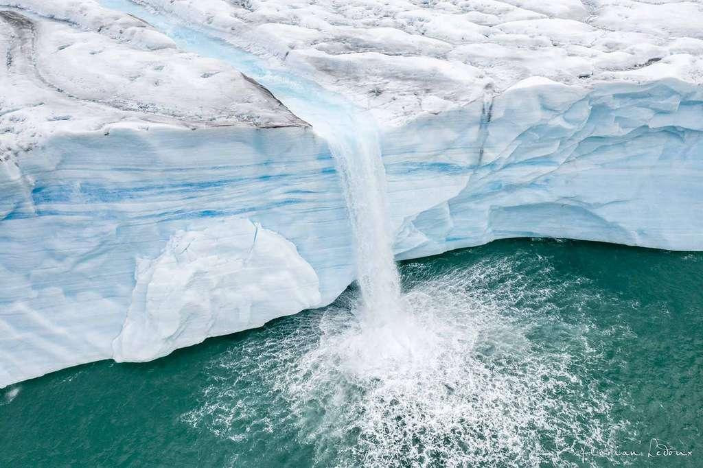 Rivière glaciaire plongeant de 40 m de haut de la calotte glaciaire Austfonna. © Florian Ledoux, tous droits réservés
