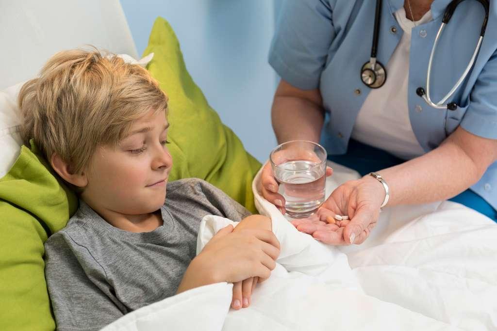 Faire avaler de gros comprimés à un enfant, pas facile… La technologie ZipDose permet de délivrer plus facilement de fortes doses, et évite de comprimer le médicament en une gosse pilule. © Photographee.eu, Shutterstock