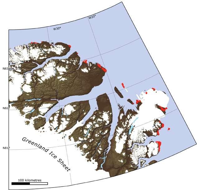 Un des deux lieux d'étude sur lequel les nombreux prélèvements ont été réalisés s'étend sur 500 km de côte au nord-est du Groenland, jusqu'à plus de 83 °N de latitude. Les marques rouges indiquent les zones présentant des rides de plages. © University of Copenhagen