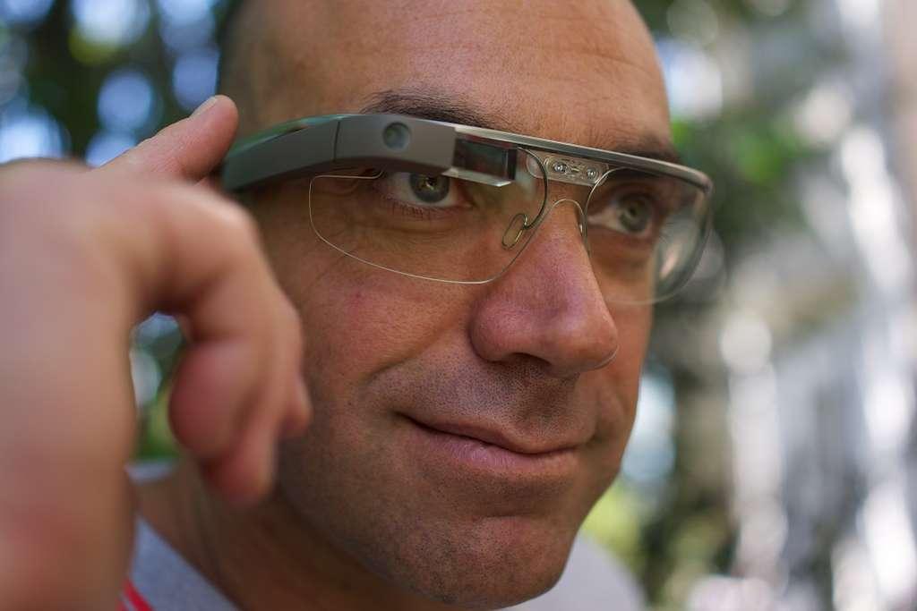 L'écran, ou prisme, se trouve à proximité de l'axe de la pupille droite et pourrait gêner la vision. © Loïc Le Meur, flickr, cc by 2.0