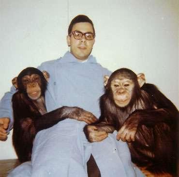 L'auteur, jeune, avec des amis chimpanzés. © Georges Chapouthier, tous droits réservés