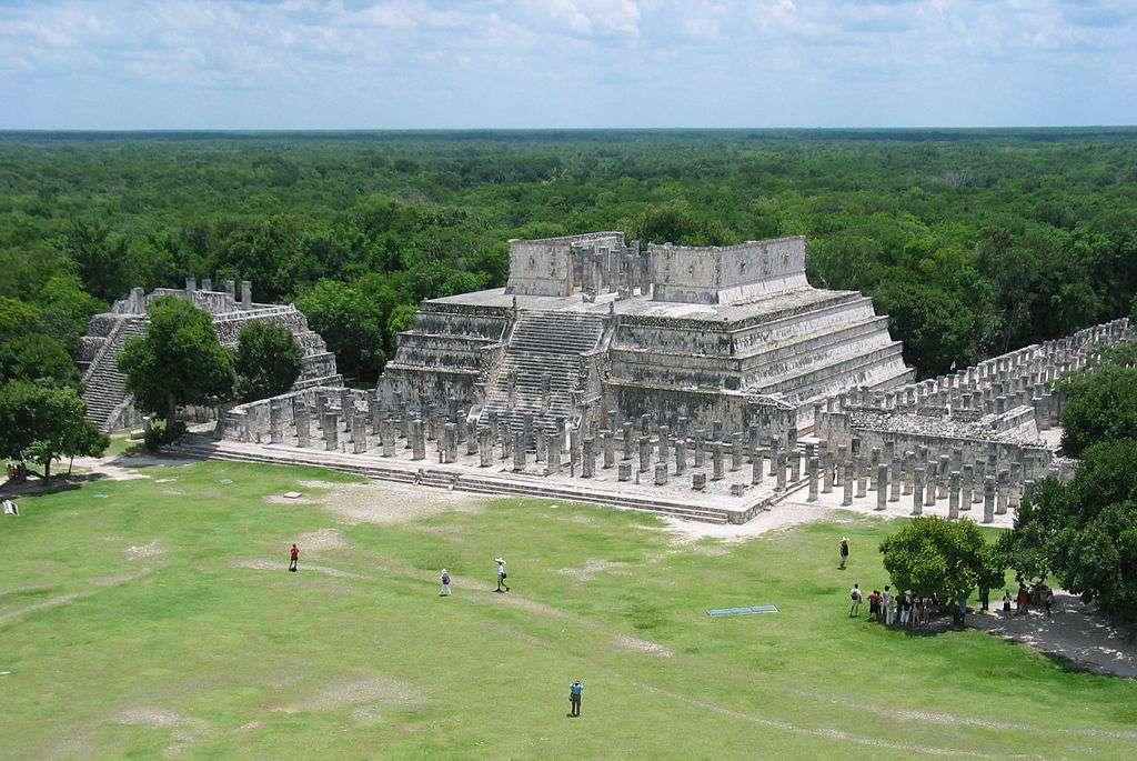 Le Templo de los Guerreros, aussi appelé temple des guerriers, possède des fresques qui relatent la conquête de la péninsule par les Toltèques. © Pomakis, Wikimedia Commons, cc by sa 2.5