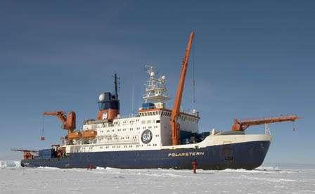 Le Polarstern au milieu des glaces arctiques, à la verticale de la dorsale. Heinz Feldmann, Max-Planck Institut für Chemie