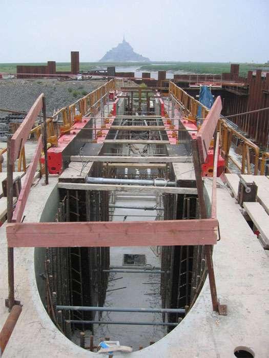 Coffrage de pile durant la réalisation du barrage du Couesnon