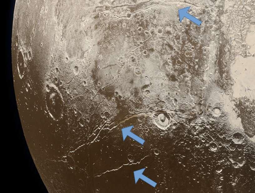 Selon des chercheurs de l'université de Californie (États-Unis), même dans des environnements froids, éloignés du Soleil, des planètes naines peuvent se former rapidement et selon un « démarrage à chaud » qui leur permet de conserver des océans liquides sous leur croûte glacée. Les failles de dilatation, ici à la surface de Pluton, en seraient la preuve. © Nasa, Laboratoire de physique appliquée de l'Université Johns Hopkins, Southwest Research Institute, Alex Parker