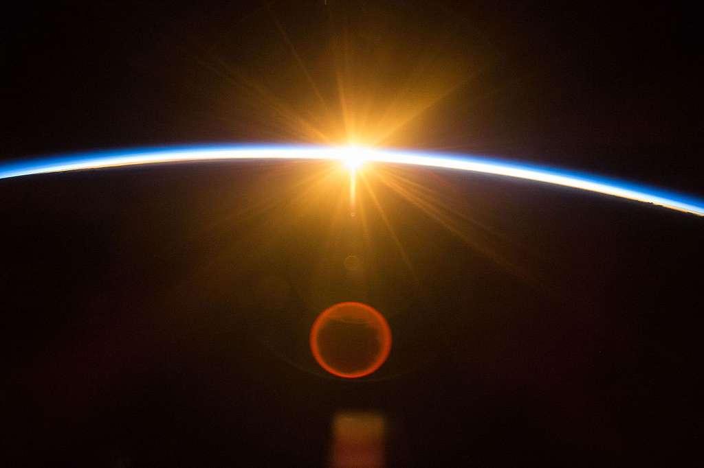 Les molécules de l'atmosphère retiennent certaines couleurs et en laissent passer d'autres. Photo prise depuis l'ISS lors d'un lever de Soleil. © Tim Kopra, Nasa, Wikipédia, DP