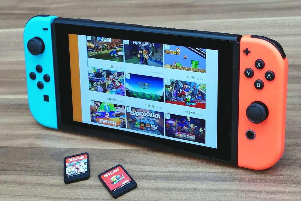 La console Nintendo Switch et ses cartouches de jeux © Needpix