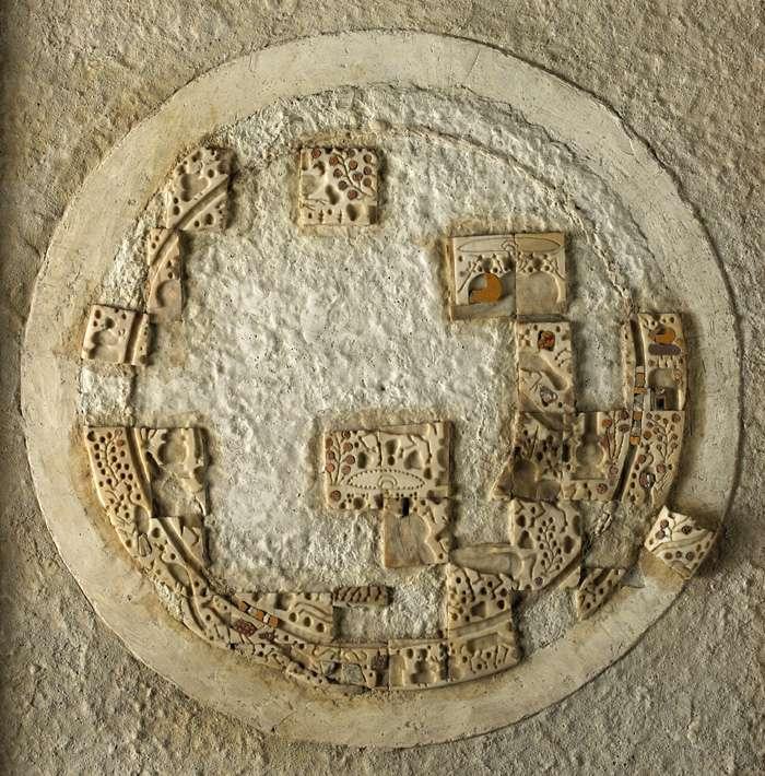 Plaque indienne en coquillage, verre et or, dans la trésorerie du palais d'Aï Khanoum