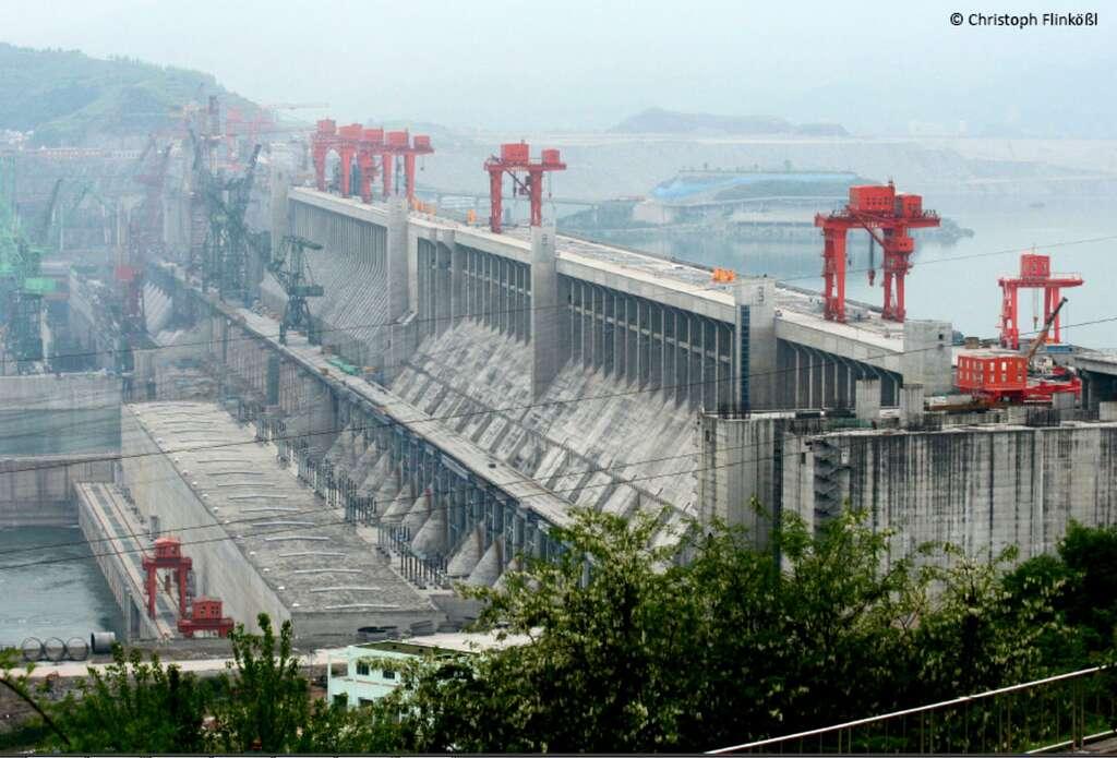 Barrage des Trois-Gorges en Chine, mis en eau par étapes depuis 2006. Longueur : 2.335 m, hauteur : 185 m, superficie de la retenue : 1.545 km2, puissance installée : 22.500 MW. © Christoph Flinkößl