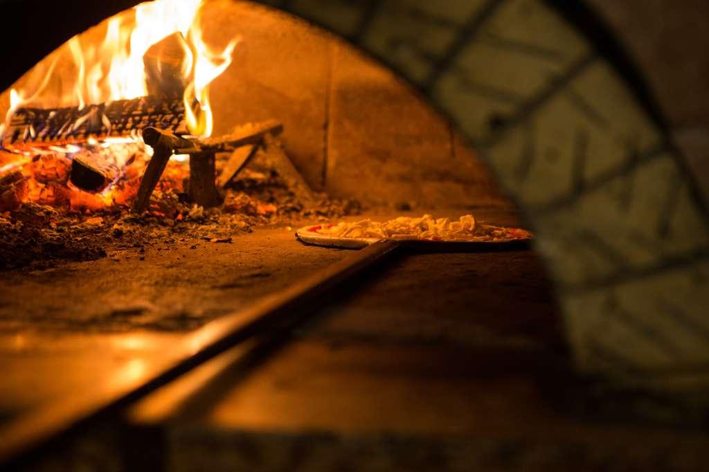 Une délicieuse pizza cuite au feu de bois. © fabio Bergamasco, fotolia
