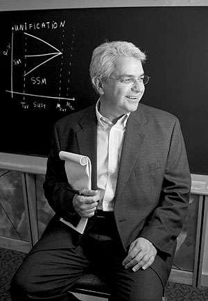 Le physicien d'origine grecque Savas Dimopoulos. Dimopoulos est bien connu pour ses travaux sur l'élaboration de théories au-delà du modèle standard actuellement testées auprès des collisionneurs de particules et dans d'autres expériences. Par exemple en 1981, il a proposé un modèle de GUT avec Howard Georgi, et il a contribué à la construction du modèle standard minimal supersymétrique (MSSM). Il a également proposé le modèle ADD avec Nima Arkani-Hamed et Gia Dvali. © Peer Landa