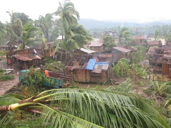 Des maisons sans toit dans la province d'Agusan del Sur, sur l'île de Mindanao. Quand Bopha l'a frappée, le typhon était encore en catégorie 3-4. © Arlo Ramos, @vc2riousLei, Twitter