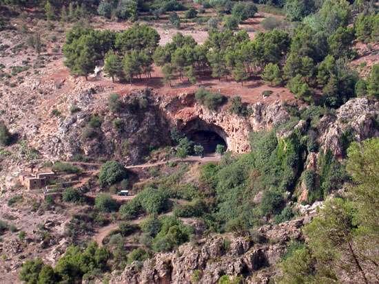 Vue aérienne de la grotte des Pigeons. Elle se trouve près du village de Taforalt dans le massif montagneux des Rifains de Ait Iznassen, à 720 m d'altitude. La cavité se situe donc dans le nord-est du Maroc. © Ian Cartwright