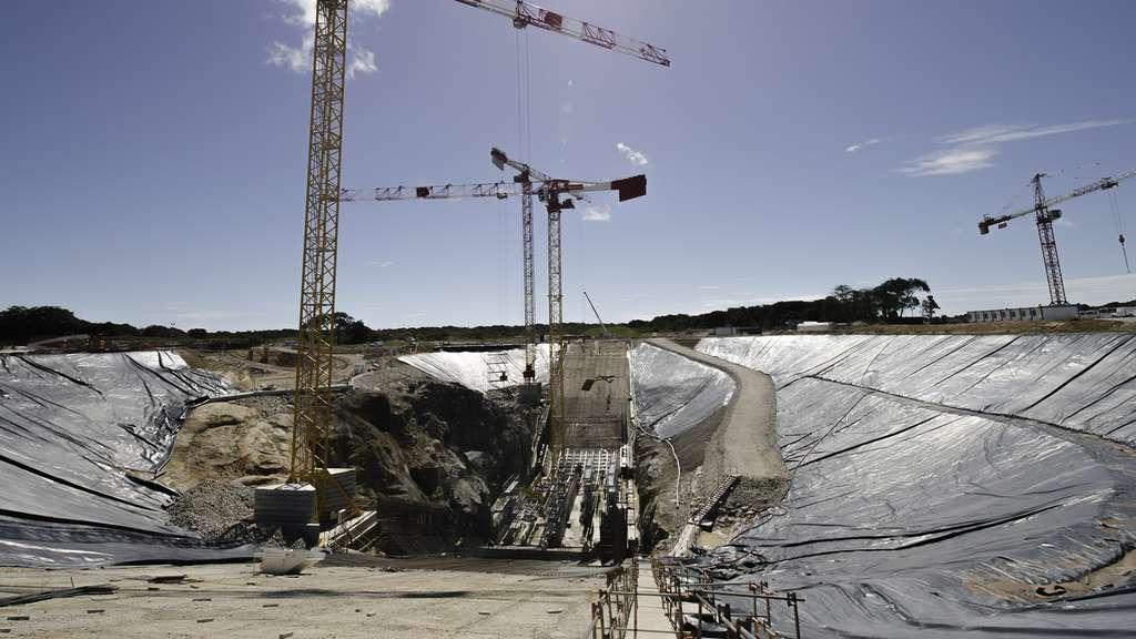 Profond de 28,5 mètres, voici le carneau et ses deux rampes pour évacuer les jets du lanceur Ariane 6. © Rémy Decourt
