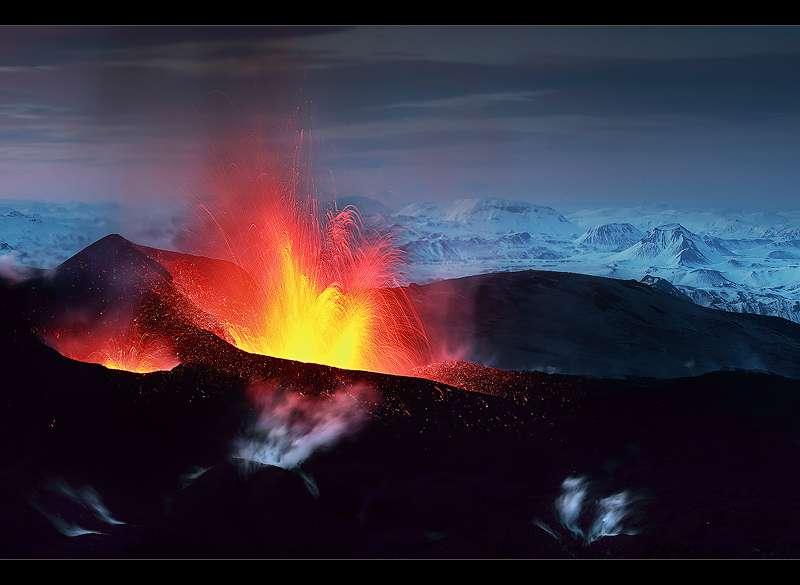 Eruption à Fimmvörðuháls non loin de l'Eyjafjallajökull